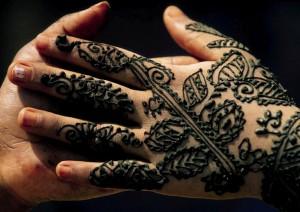 Manos de mujer con tatuajes de Henna
