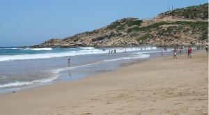 Vacaciones de verano en Marruecos. playa tres piedras tetuan
